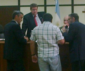 En la imagen, el abuelo del niño fallecido junto a los miembros del Tribunal