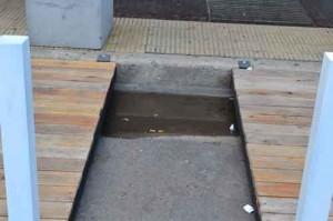 El reducido espacio que dejan para el acceso al edificio.