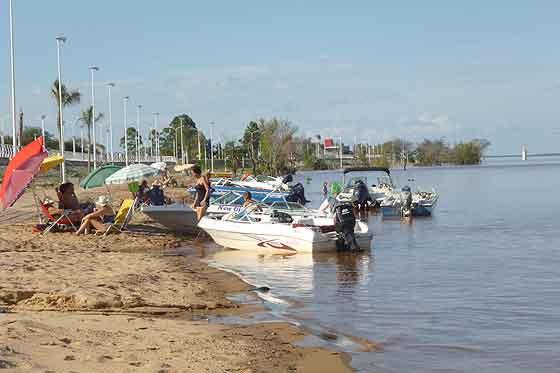 Ya hay uruguayenses que disfrutan las playas de la Isla del Puerto.