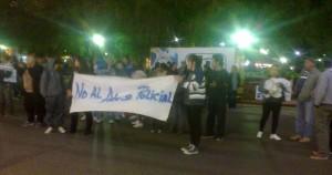 Vecinos y familiares de López protestaron frente a la Jefatura Departamental.