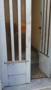 El ingreso fue por la puerta que da a la calle Laprida, la que forzaron hasta abrirla. Ningún policía-a pocos metros- vio algo. (Análisis).