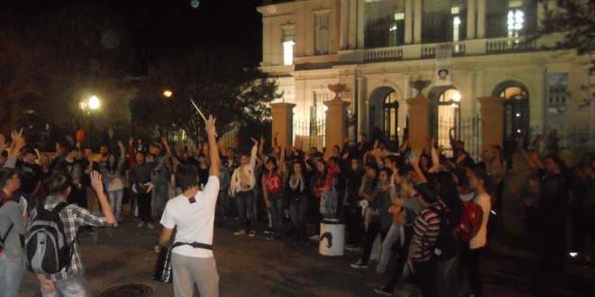 Estudiantes de Humanidades de la Uader en mayo de 2015 reclamando por las condiciones de cursado. (Foto: Archivo de El Miércoles Digital).