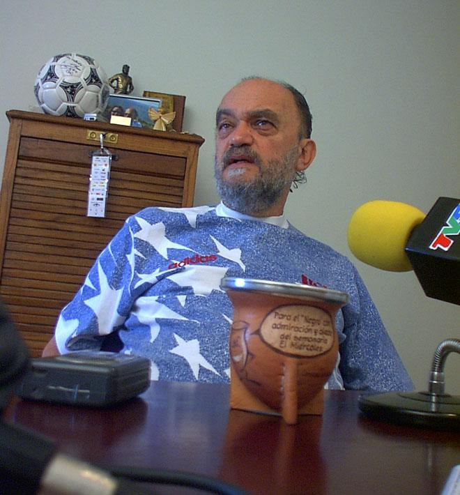 """Fontanarrosa y atrás de él, la pelota firmada por el """"Diez"""". (Foto: El Miércoles)."""