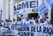 """""""La Caja no se toca"""" fue el cántico que se entonó con fuerza cuando la marcha transitó por la esquina de Andrés Pazos y Corrientes, donde se ubica la Caja de Jubilaciones. (Foto: APF)."""