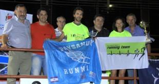 Agustín Campopiano y Pilar Ríos-de remeras fluor- reciben los premios de parte de las autoridades municipales. (Foto: Deportes Villa Adela).